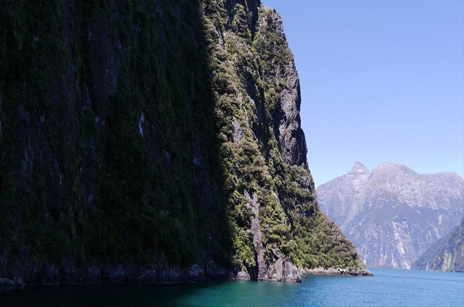 Un tour a deux blog voyage travel nouvelle zelande new zealand milford sound montagnes eau randonnee ombre untouradeux.com